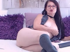 IskraLov - female with brown hair webcam at ImLive