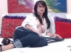 IskraLov - female with brown hair webcam at ImLive